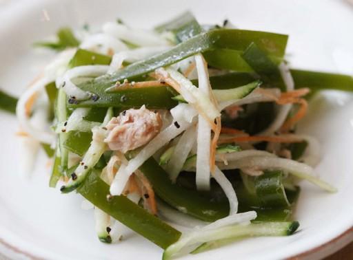 塩抜きしないで結んだ昆布を、甘辛く煮付けるのが十三浜の定番料理。 柔らかいので水で戻してサラダにも。(作り方は10月号169頁)